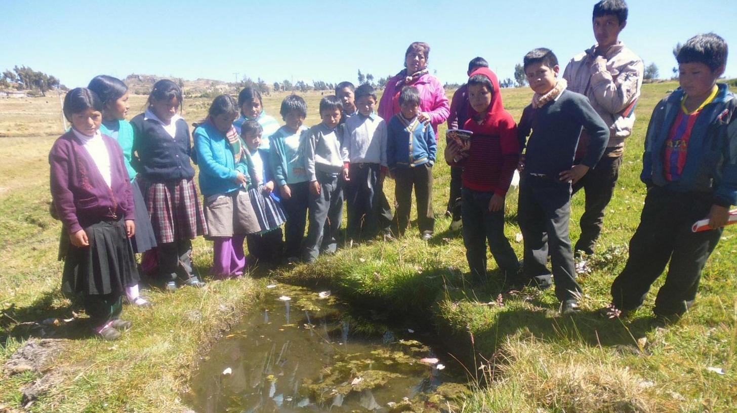 Schüler betrachten die neu erworbene Quelle auf 4100m Meereshöhe.