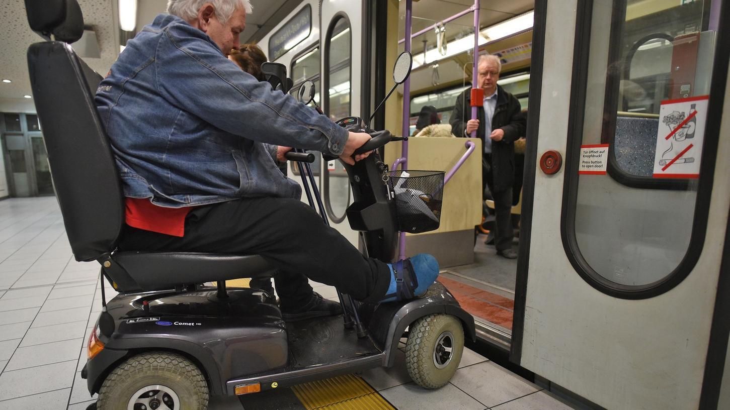 Genau wie in Köln (Bild) war die Mitnahme von E-Scootern auch in den Fahrzeugen der Nürnberger VAG verboten. Jetzt sollen die Fahrzeuge wieder mitgenommen werden - aber nur in Bussen und nur, wenn sie ein Piktogramm aufwiesen, das sie als geeignet ausweist.