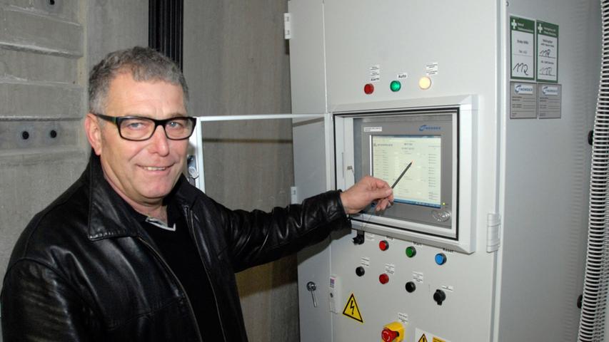 Herbert Krafft zeigt auf die Leistungsanzeige