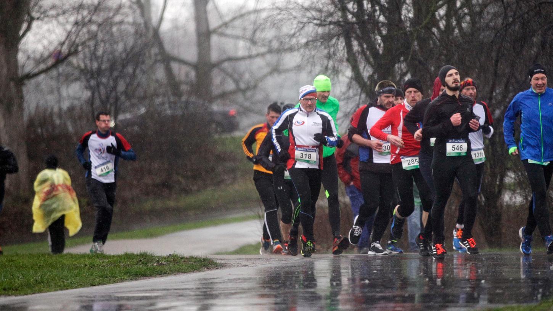 Nieselregen? Hält die Läufer nicht ab. Auch der 13. Silvesterlauf in Nürnberg war ein Erfolg für die Organisatoren.