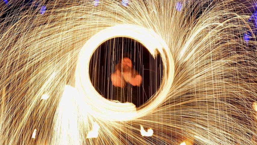 Spiel mit dem Feuer und Oper im Bus: Das Silvestival in Nürnberg