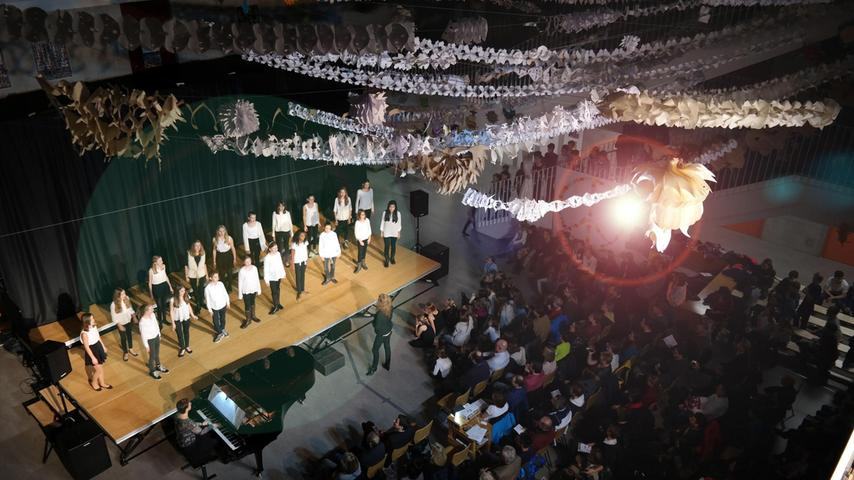 Bei den Weihnachtskulturabenden im Dezember 2015 am Gymnasium Wendelstein zeigten viele Schüler, Kurse und Klassen bei Aufführungen in hoher Qualität ihr Können. Unser Bild: Die Klassen 5 a, b, d, 6 b, d und 7 d hatten mit Papiergirlanden die Aula dekoriert. Unten saß das Publikum.