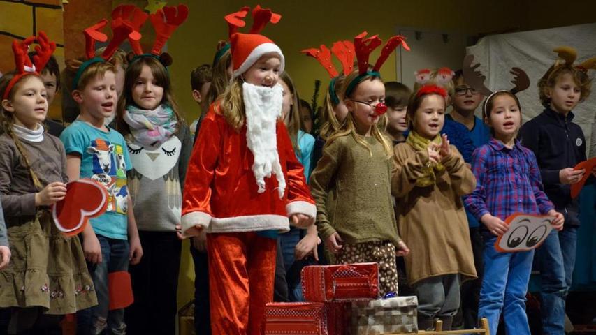 Zu einem festlichen Abschluss des Jahres 2015 kamen kurz vor Weihnachten die Schüler, Lehrer und Eltern der Montessori-Schule Büchenbach zusammen. Nikolaus und Rudolph, das Rentier mit der roten Nase, und all die anderen Rentiere hatten bei der weihnachtlichen Feier ihren großen Auftritt.