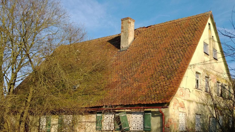 Früher war es ein prächtiges Bauernhaus, heute kann man das nur noch erahnen. Die Fenster sind zugemauert, vom Dach werden immer wieder Ziegel gestohlen.