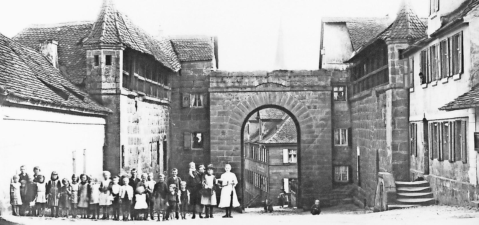 """Das Nürnberger Tor stand am längsten der vier Stadttore. Es wurde im Jahr 1893 abgebrochen. Eine Nachbildung mit Hakenkreuz-Propaganda wurde 1933 während der """"Deutschen Handwerkerwoche"""" aufgestellt."""