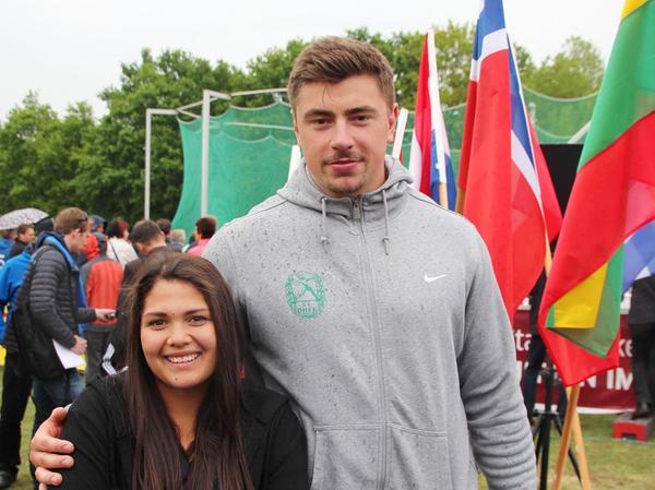 Erst die Kugel weit schleudern und dann den Weltmeister und Olympiasieger treffen. Rhona Schmidt mit David Storl beim Werfertag in Halle.