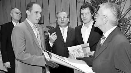 Der Präsident der Handwerkskammer für Mittelfranken Heinrich Mosler (r.) sowie Wirtschaftsreferent Konrad Beugel (l.) und Kreishandwerksmeister Siegfried Beck (Mitte) gratulierten dem Schreiner Michael Mayer (2.v.l.) und dem Geigenbauer Michael Donatin (2.v.r.) zur bestandenen Meisterprüfung.