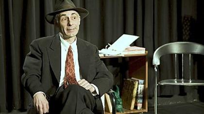 Roland Eugen in seiner Doppelrolle als Hut und ehemaliger Beuys-Student.