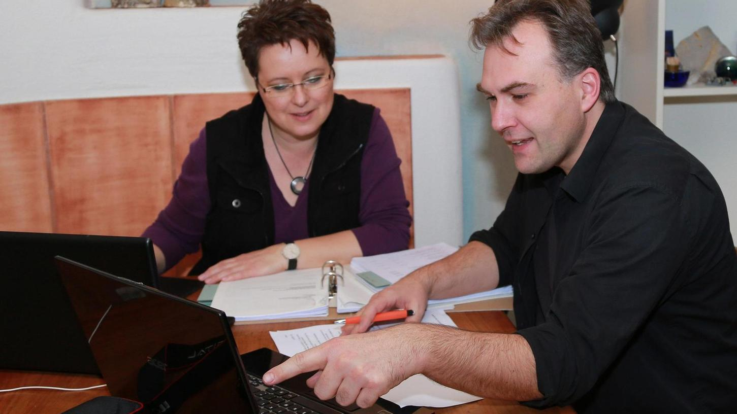 Kari Hennig mit seiner Kollegin Ute Janson bei einer abendlichen Produktionssitzung.