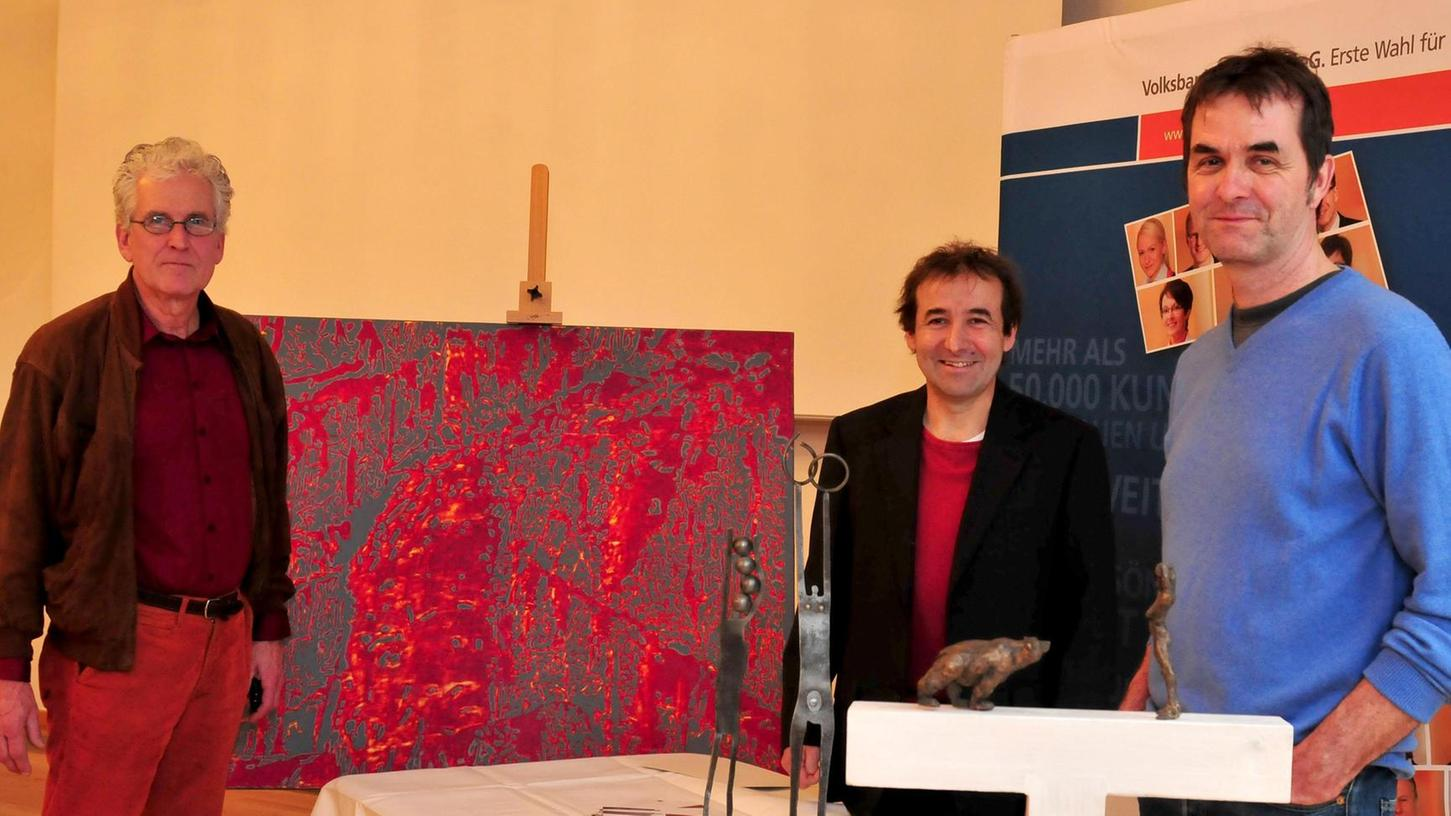 Günter Paule (li.) erhielt für seine Baumriesen in lodernden Farben den dritten Preis, der erste Preis ging an Georg Behninger (Mitte), der zweite Preis an Stefan Atzl (re.)