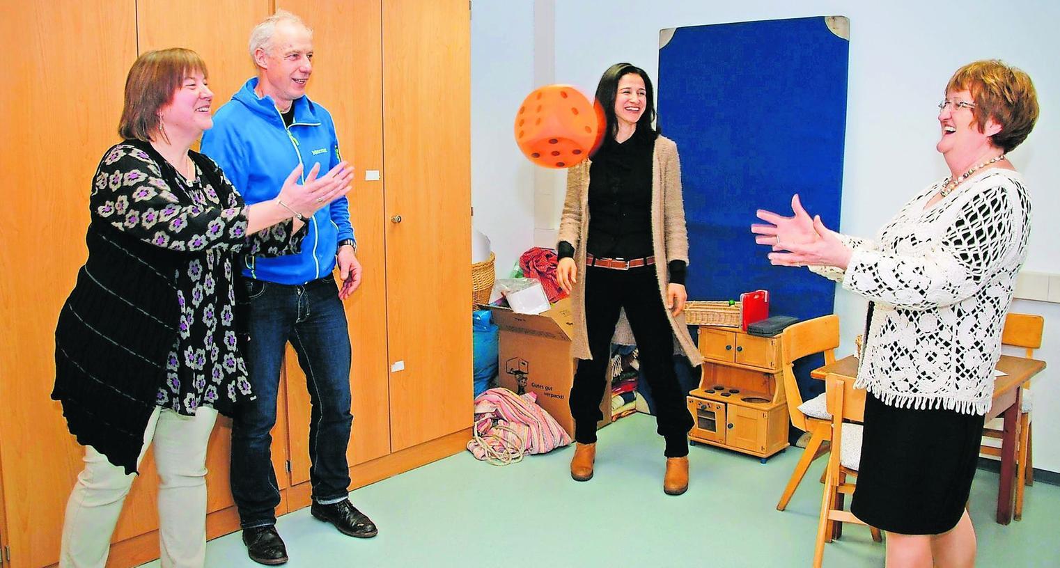 Das noch etwas kahle Spielzimmer wird sich bald verändern (von links): Agnes Mehl, Leiterin der Beratungsstelle, Norbert Ippach von Ikea, Mehls Stellvertreterin Mine Shayesteh und Sozialreferentin Elisabeth Reichert.