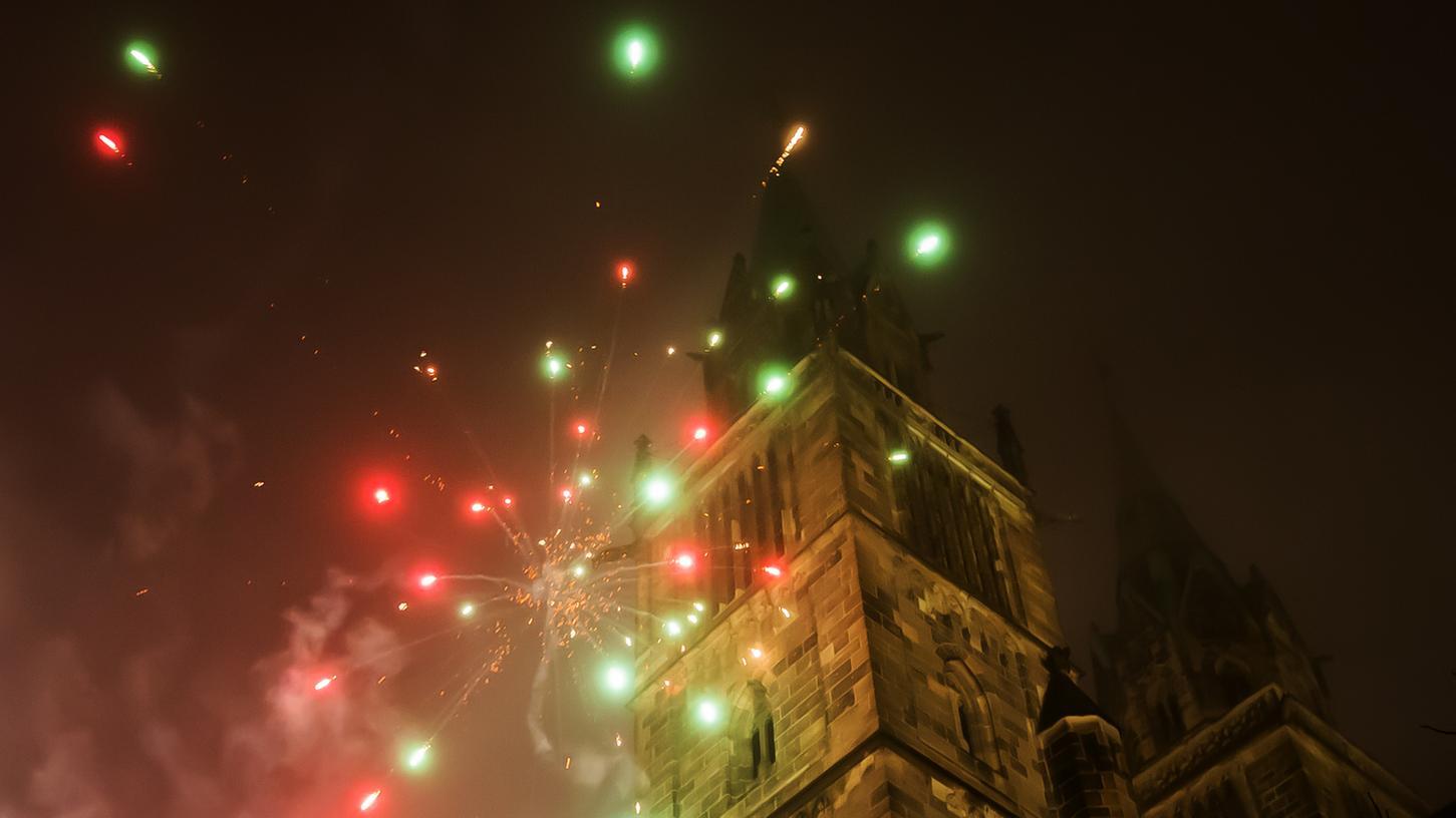 In der Silvesternacht wurden auf die Nürnberger Lorenzkirche unkontrolliert Raketen abgefeuert.