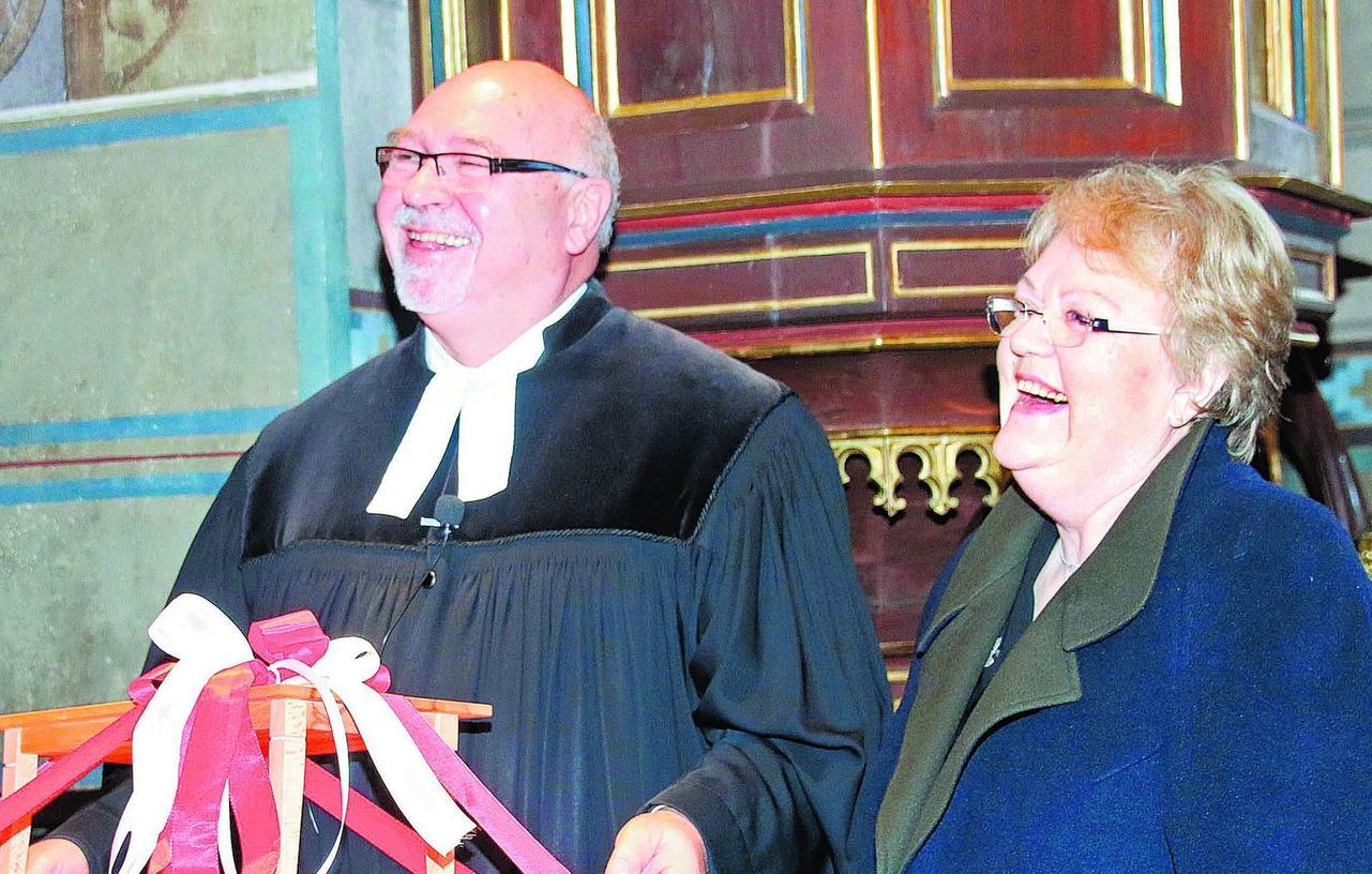 Pfarrer Rudolf Schenker-Primus mit seiner Frau und dem Abschiedsgeschenk, ein Modell eines neuen Esstisches.