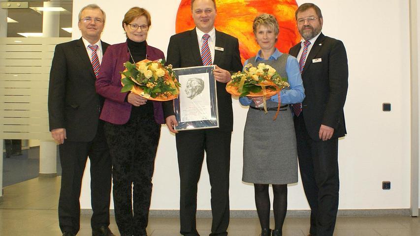 Die beiden Vorstände der Vereinigten Raiffeisenbanken, Wolfgang Holler (r.) und Rainer Lang (l.), dankten den Arbeitsjubilaren für ihr Engagement.