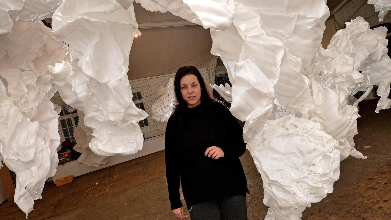 Hörl-Schülerin Elizabeth Thallauer inmitten ihres Kunstwerks aus Schnüren und Polypropylen.