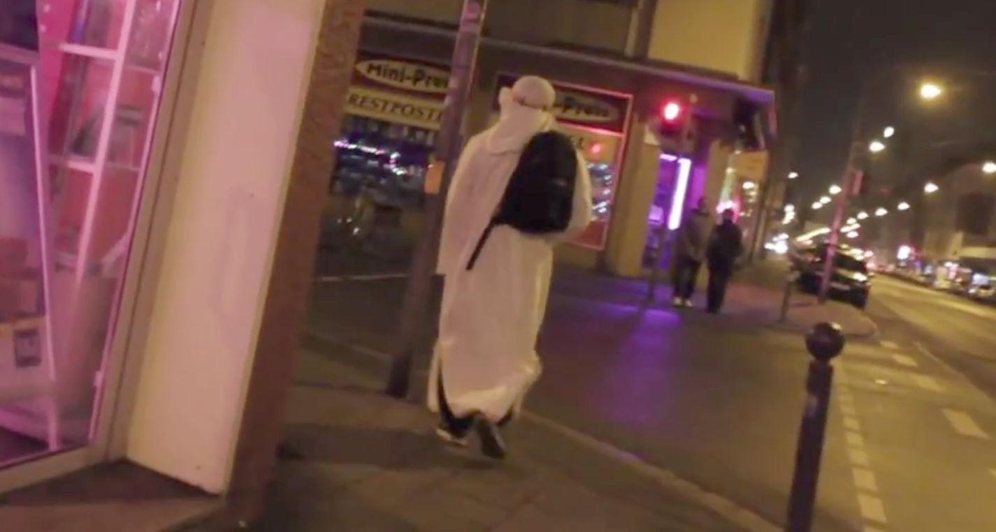 Ausschnitt aus dem Video: Ein junger Mann mit Rucksack verbreitet in der Nürnberger Südstadt Angst und Schrecken.