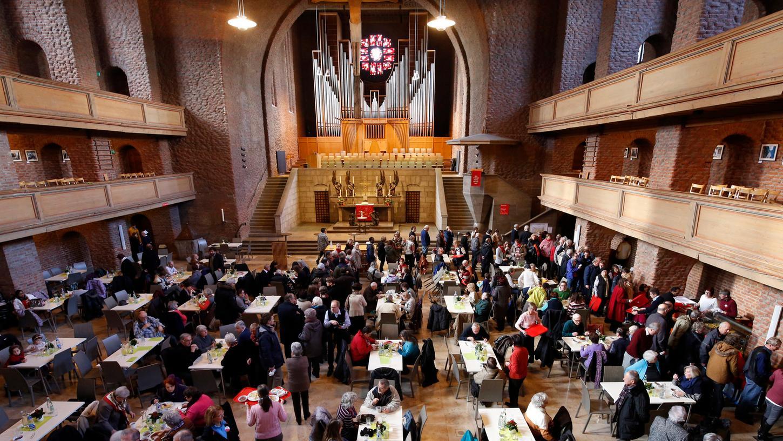 Knapp 500 Mahlzeiten gingen nach dem Gottesdienst in der Vesperkirche über die Theke.