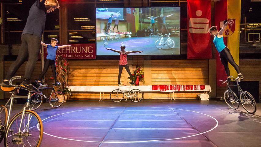 Die Mitglieder des TSV Bernlohe fuhren mit dem Kunstrad durch die Halle...