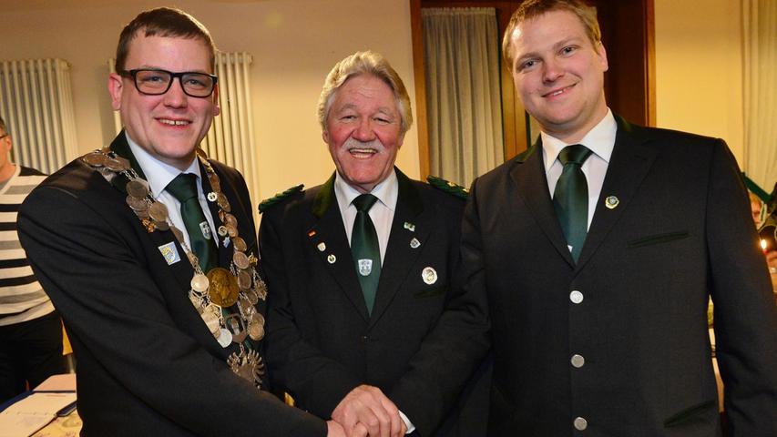 Markus Peter (l.) ist der neue Oberschützenmeister der HSG Erlangen, Konrad Batz (Mitte) bleibt zweiter Schützenmeister, und Uwe Schneider ist der neue Sportleiter.