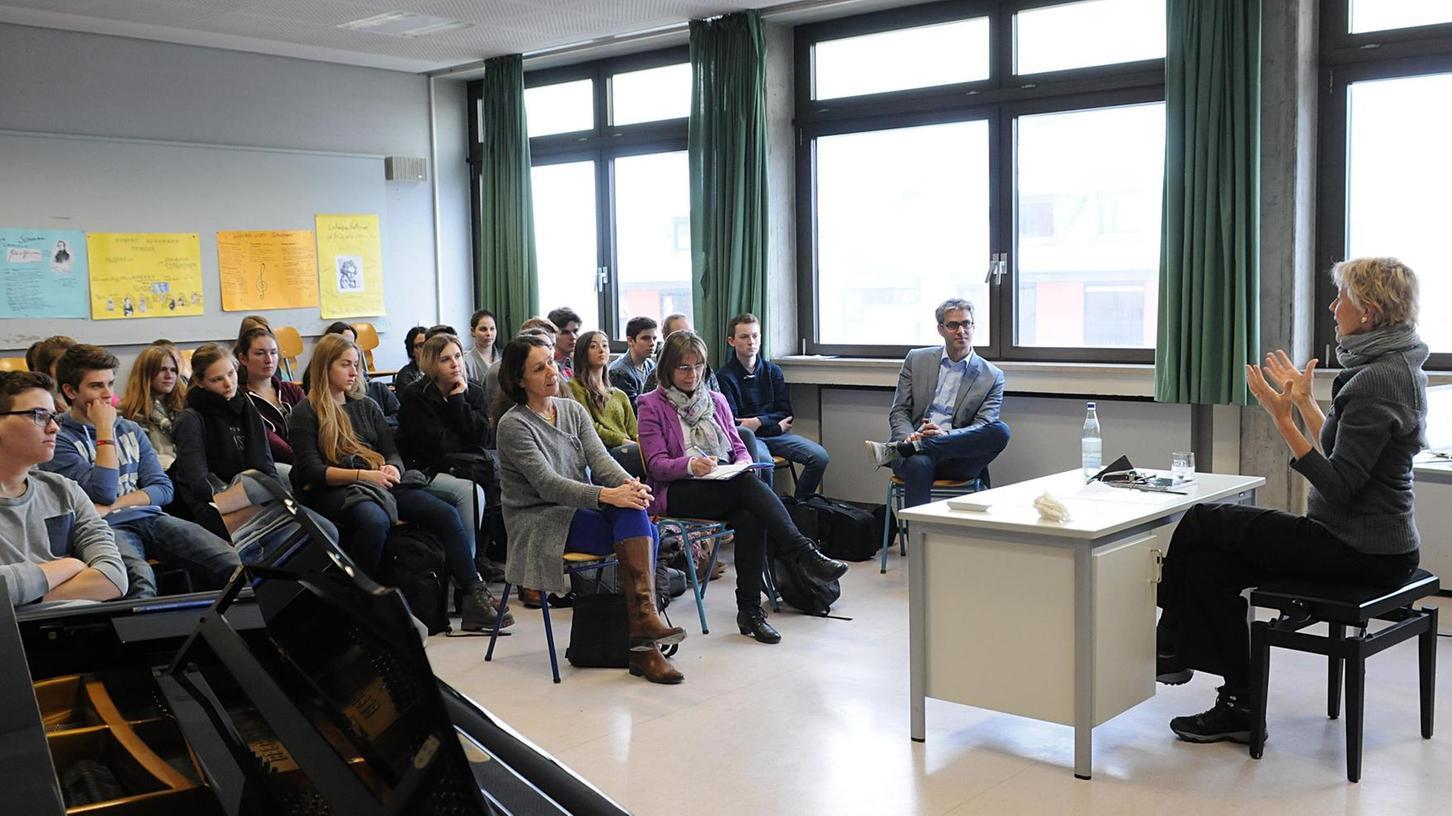 Aufmerksam hören sich die Schüler der Q11 des Herder-Gymnasiums Forchheim die Werke der Komponistin Iris ter Schiphorst (re.) an und beschreiben ihre Eindrücke.
