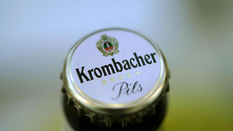 Flüchtlinge würden bevorzugt durch leichtere Eignungstests. Das ist die Kernkritik der AfD-Jugend, erhoben gegen Krombacher. Doch die Brauerei winkt ab.