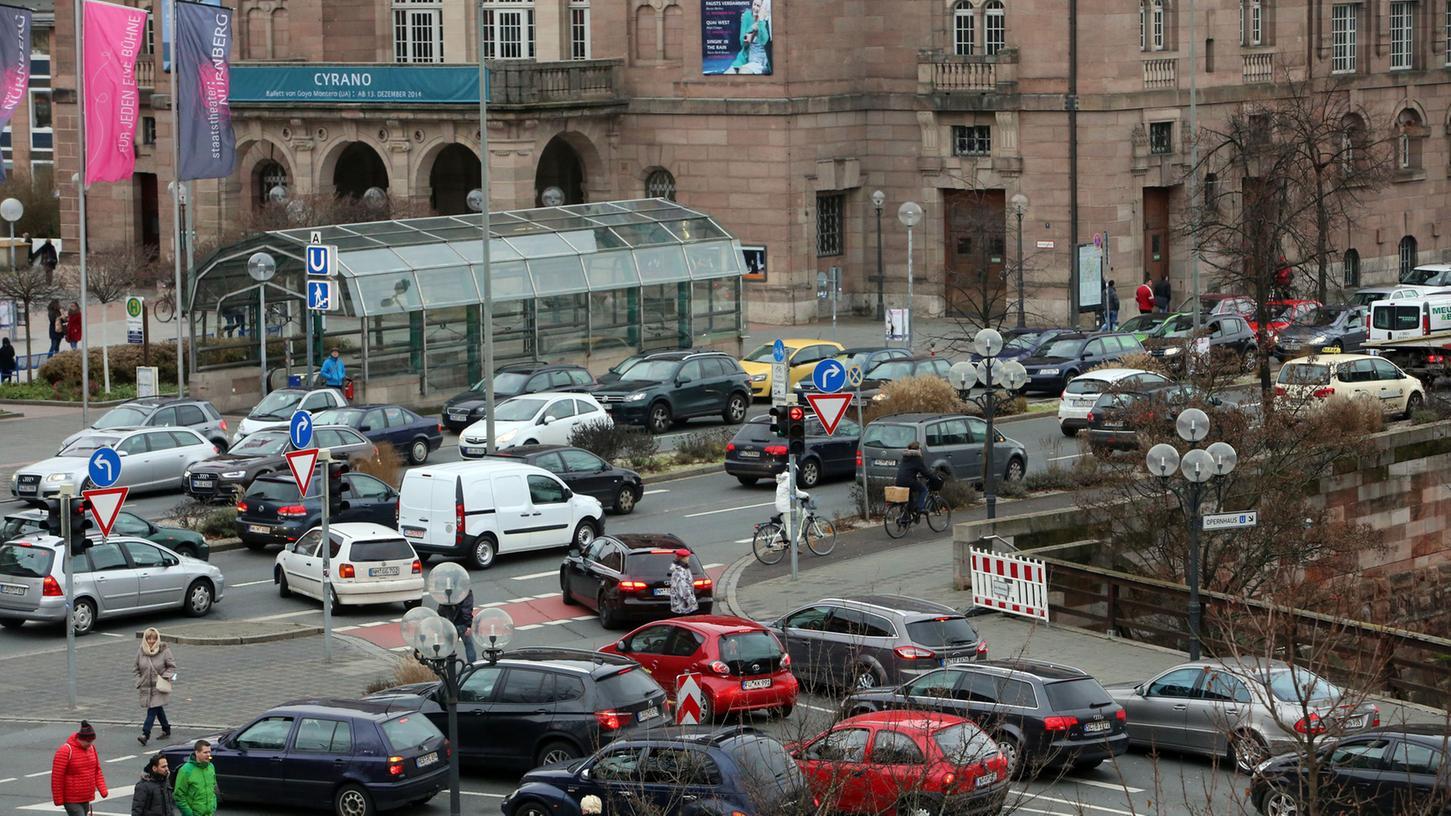 Am Frauentorgraben, wie hier am Opernhaus, staut sich vor allem in den Morgen- und Abendstunden der Verkehr.