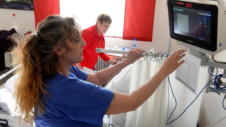 Das Klinikum braucht mehr Intensiv- und Überwachungsbetten wie in der Station 08, die im Oktober 2015 eingeweiht worden ist. Unser Bild zeigt, wie Krankenpflegerin Heidrun Fleischmann einen Monitor bedient.