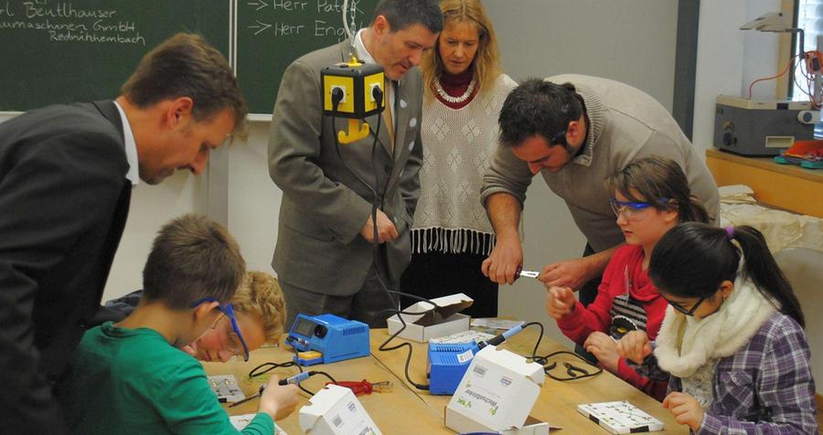 """Die Grund- und Mittelschule Rednitzhembach ist eine von rund 180 Bildungsanstalten in Bayern, in denen Schülerinnen und Schüler in den Genuss außergewöhnlicher Unterrichtsstunden kommen: """"SET – Schüler entdecken Technik"""" heißt das Projekt, und selbst Bürgermeister Jürgen Spahl konnte bei einem Besuch im Januar 2016 nach etwas lernen."""