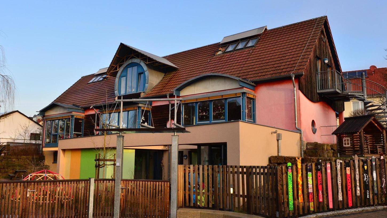 Das Marloffsteiner Kinderhaus ist voll belegt, darum fordern Leitung und Elternbeirat eine zusätzliche Mitarbeiterin. Der Gemeinderat will aber erst die Haushaltsberatungen abwarten.