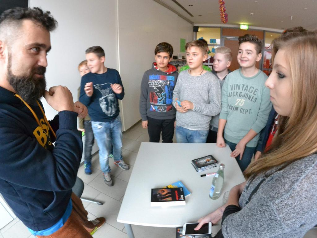 Ünsal Arik ist amtierender IBF-Europameister im Leichtmittelgewicht und WBU-Interims-Weltmeister. Der gebürtige Parsberger hat beim Lesetag in der Weinbergerschule zum Buch gegriffen.