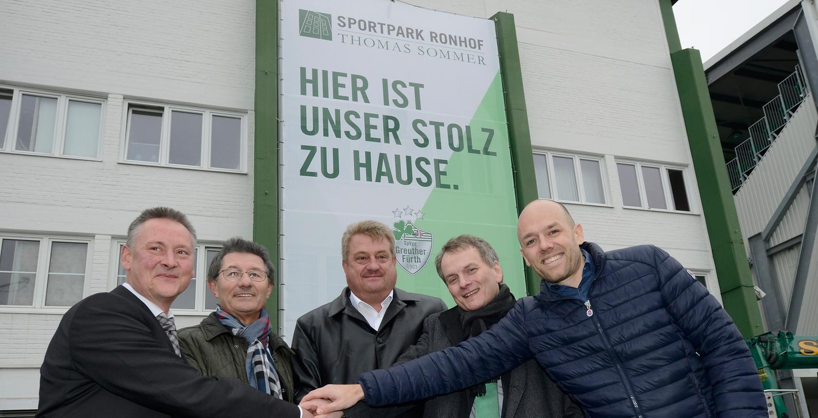 Engagement für den Ronhof: Immobilienunternehmer Thomas Sommer (Mitte) hat sich die Namensrechte am Fürther Stadion gesichert.