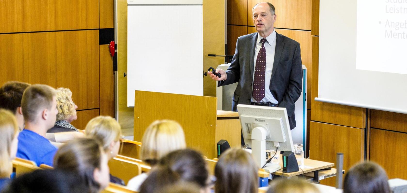 Prof. Wolfgang Söllner beim Unterricht an der PMU in Nürnberg.