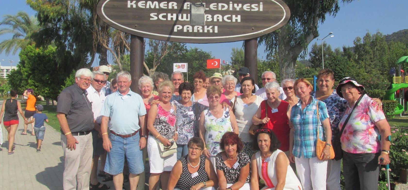 """Demonstration der Verbundenheit (I). Im Herbst hatte sich die Schwabacher Reisedelegation zum Gruppenfoto im """"Schwabach-Park"""" in Kemer versammelt."""