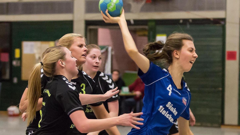 Auch drei Spielerinnen des ungeschlagenen Tabellenführers TSV Lichtenau konnten Julia Dachsler vom MTV Stadeln nicht daran hindern, den Ball aufs Tor zu bringen.
