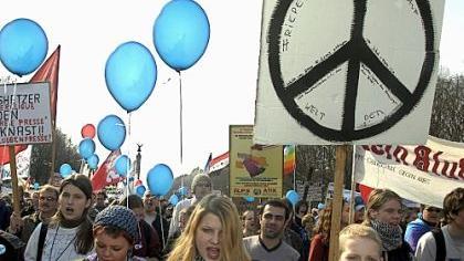 Das Peace-Zeichen ist in der linken Szene und bei Friedensaktivisten beliebt. Populär wurde es durch die Hippies, die daraus ihr Markenzeichen machten. Doch es handelt sich um eine Rune, die nicht etwa Frieden, sondern Tod bedeutet.