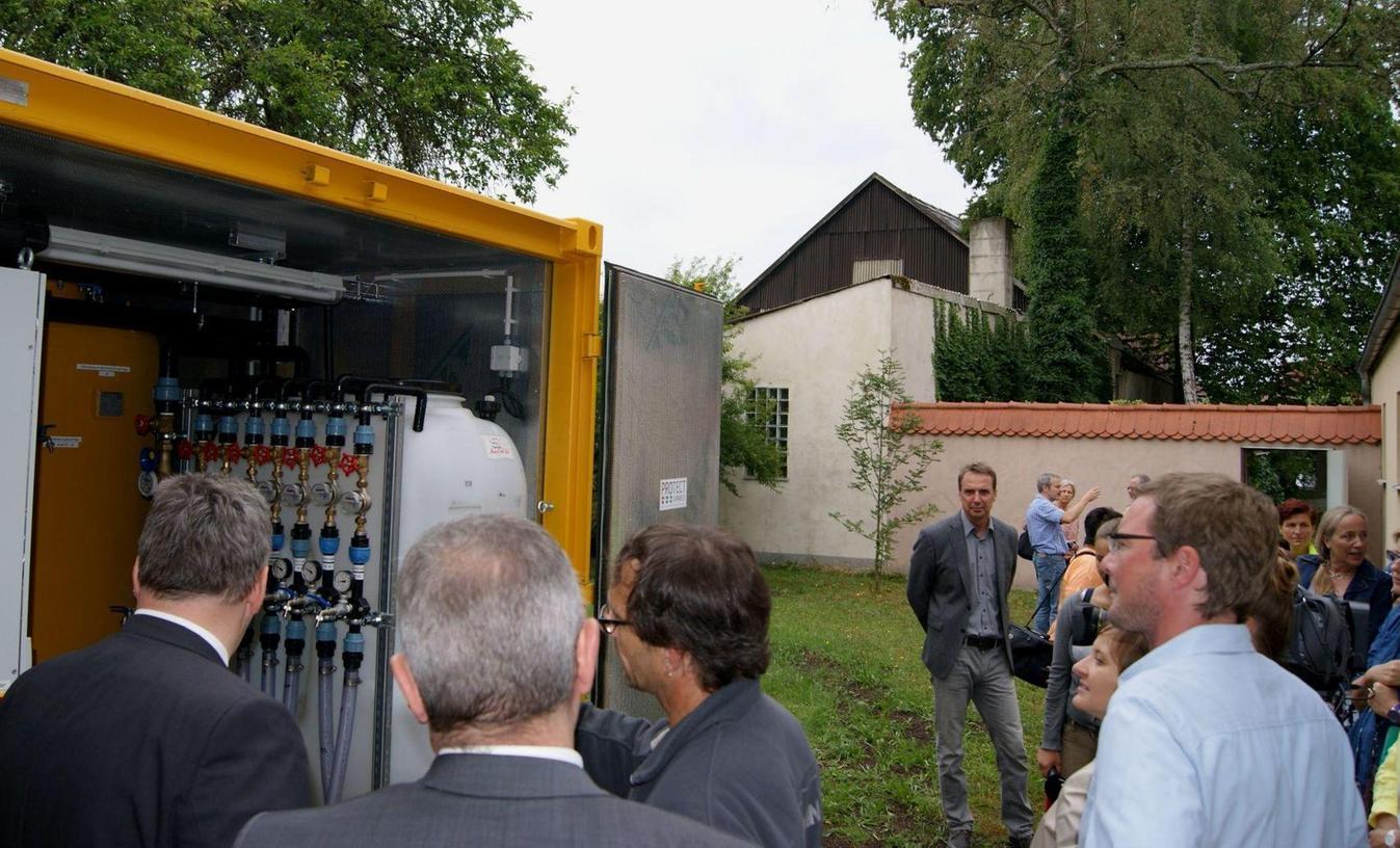 Seit Juni 2015 wird das Grundwasser unter der früheren Reinigung Novetta in Auerbach mit Aktivkohlefiltern gereinigt, die in einer sogenannten Stripanlage im Hof der Polizeiinspektion untergebracht sind.