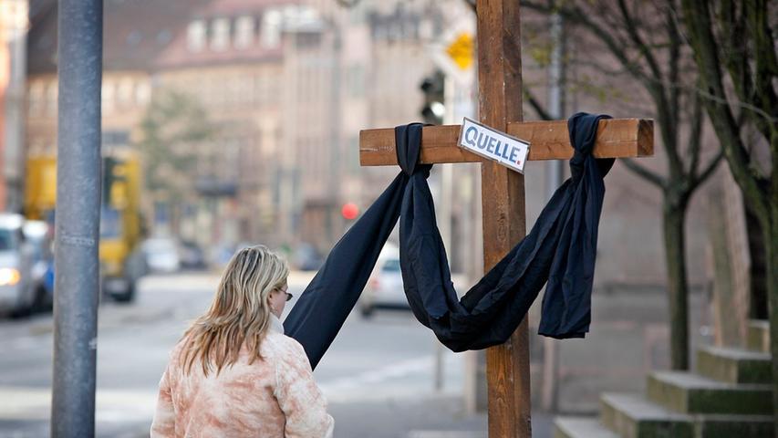 Fürth trauert: Vor der katholischen Kirche Unsere Liebe Frau steht im November 2009 ein Holzkreuz  mit schwarzem Tuch.