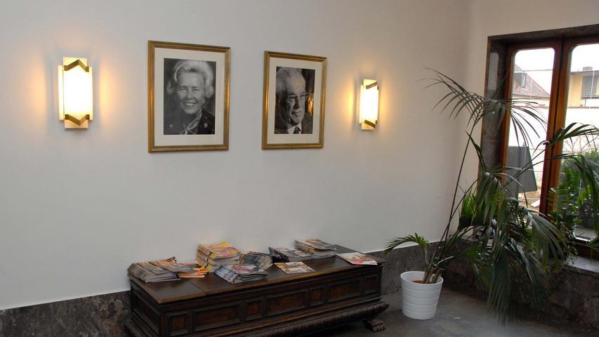 Leere Gänge in der Hauptverwaltung von Quelle in der Finkenstraße in Fürth. Jahrelang gingen Mitarbeiter an den Portraits von Gustav und Grete Schickedanz vorbei.