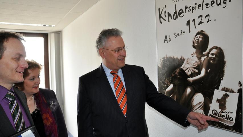 Ein halbes Jahr nach der Insolvenz besucht Innenminister Joachim Herrmann die ehemalige Quelle-Zentrale in Fürth. Sie soll künftig vom Landesamt für Statistik genutzt werden, das von München in die Kleeblattstadt verlagert wird.