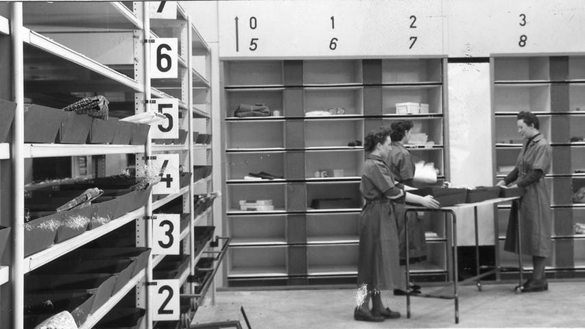 Im Versandzentrum an der Fürther Straße in Nürnberg transportierten zehn solcher Paternoster-Aufzüge die Artikel zum Packraum.
