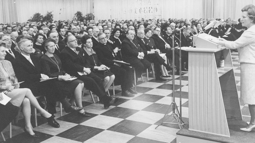 Im Casino des Quelle-Versandhauses feierte Gustav Schickedanz mit Gästen aus Politik, Wirtschaft und Gesellschaft seinen 70. Geburtstag. Seine Frau Grete trat auch ans Rednerpult.