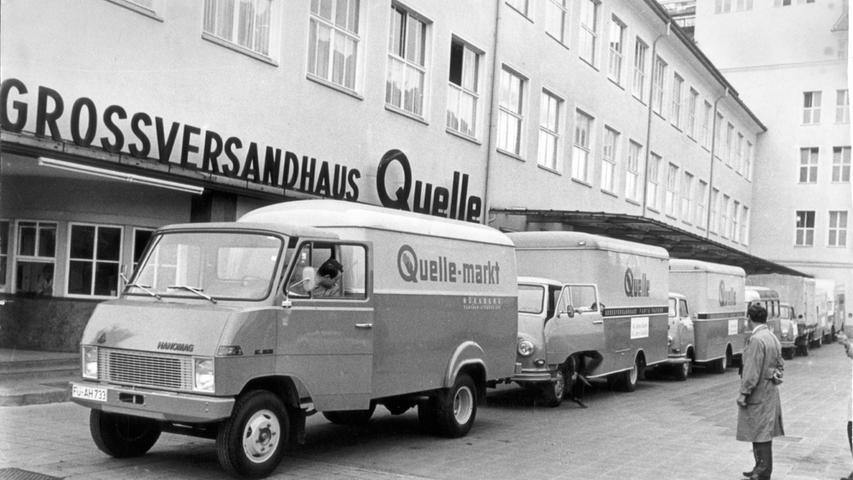 Fahrzeuge vor dem Quelle-Großversandhaus in den 60er Jahren.