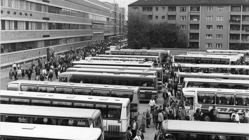 Schicht bei Quelle: Mit unzähligen Omnibussen wurden Saison-Mitarbeiter auch aus dem Raum Pegnitz und der Fränkischen Schweiz zum Quelle-Großversandhaus chauffiert.