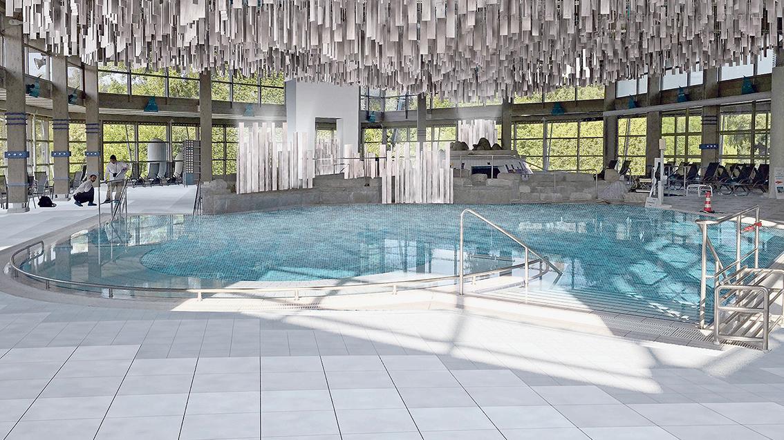 Ein bisschen wie Eiszapfen muten die Akustikplatten an, die nach dem Umbau wie ein Mobilee von der Decke des Thermalbads hängen und für mehr Ruhe sorgen sollen.