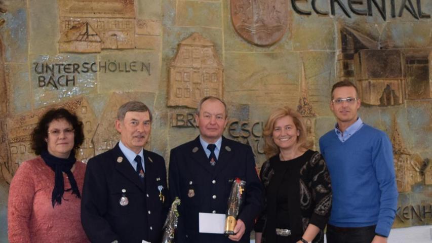 Bürgermeisterin Ilse Dölle (2. v. r.) dankte bei der FFW Unterschöllenbach Manfred Walter (2. v. l.) und Lothar Fischer (re. daneben) mit Hauptamtsleiterin Birgit Lobenhofer und Standesamtsleiter Holger Bezold (re.) für ihren außerordentlichen Einsatz.