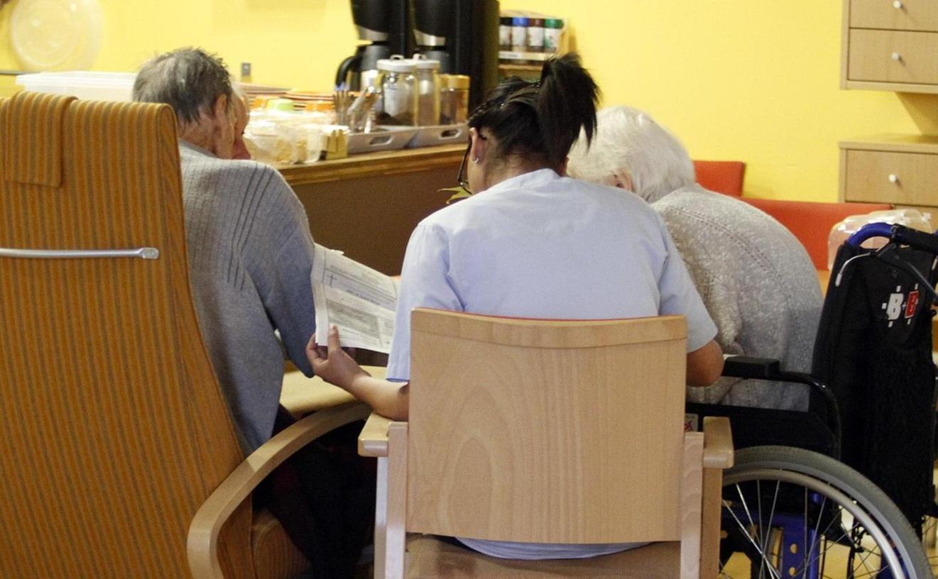 Alltag im Hospiz: Im gemütlichen Wohn- und Essbereich des Nürnberger Caritas-Hauses Xenia können Bewohner und Mitarbeiter gemeinsam am Tisch sitzen.