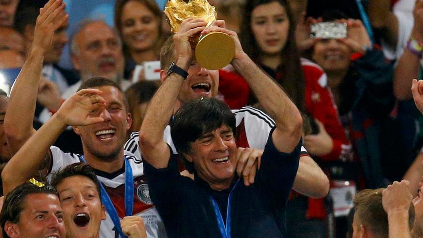 13. Juli 2014, 113. Minute: Schürrle flankt, Götze trifft. Weltmeister! Nach zehn Jahren bei der Nationalmannschaft erfüllte sich Joachim Löw im brasilianischen Rio de Janeiro den Traum vom großen Titel. Schon zuvor begeisterte sein Team weltweit - besonders das 7:1 gegen den Gastgeber fand viel Beachtung.