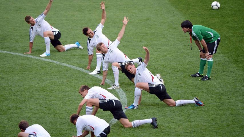 2012 nahm Löw mit der Nationalmannschaft einen zweiten Anlauf, um sein einst gestecktes Ziel zu erreichen. In Polen und der Ukraine wurden die Deutschen souverän Gruppensieger in der EM-Vorrunde und schickten Griechenland im Viertelfinale nach Hause. Am 28. Juni 2012 war dann jedoch auch für die Löw-Elf Schluss, Angstgegner Italien schockte die Mannschaft mit einem Balotelli-Doppelpack.