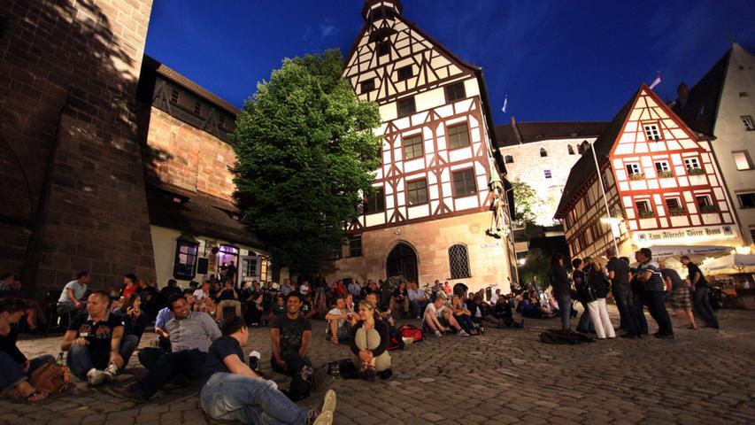 Sonstwo: Der berühmte Maler Albrecht Dürer.  In Franken: Der wahrscheinlich schönste Ort in Nürnberg, um sich im Sommer auf einen Kaffee oder ein Bier zu treffen.
