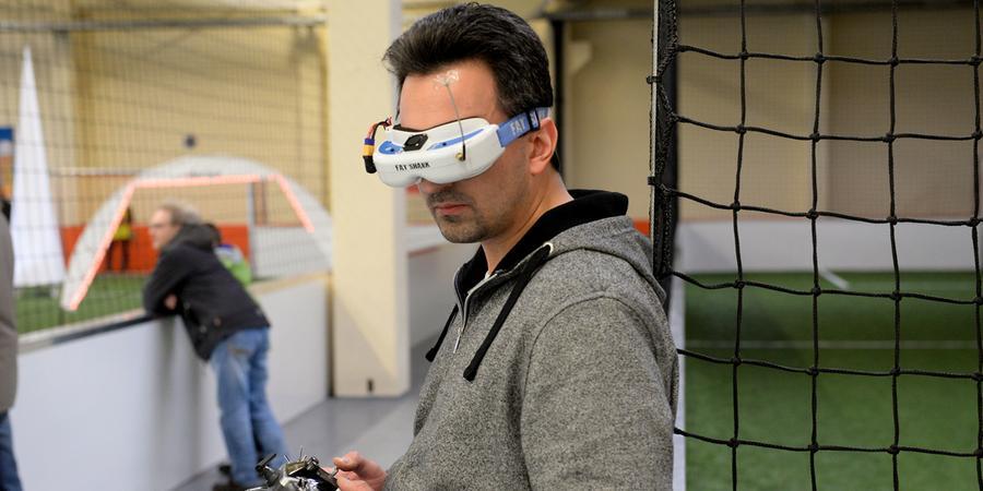 Rasanter Drohnenwettflug im Indoor-Sport in Fürth